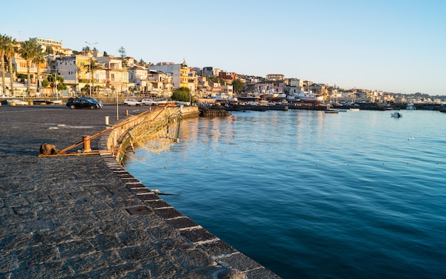 Acitrezza hafen am sonnenaufgang, sizilien