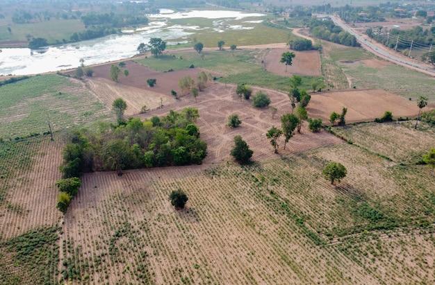 Ackerland am berghang im ländlichen thailand, landschaftsfotografie, drohnenfotografie