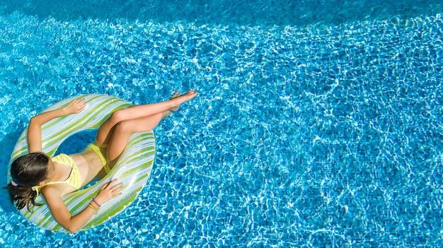 Acrive-mädchen in der draufsicht der swimmingpoolluft von oben