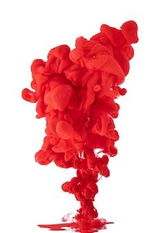 Acrylfarbe in wasser bilden ein abstraktes rauchmuster, das isoliert wird