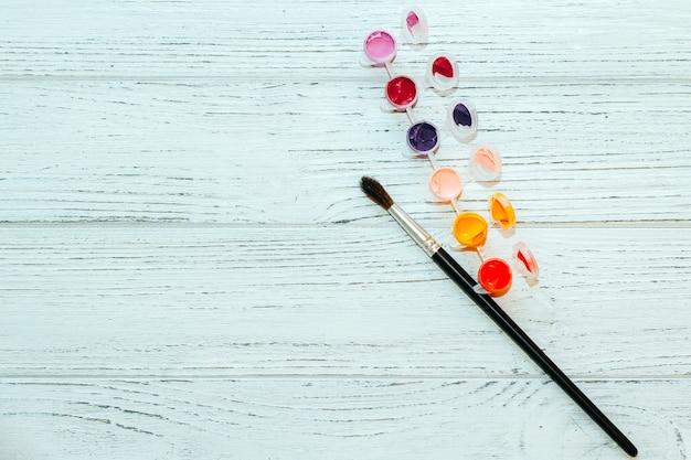 Acrylfarben in einer hellen palette. seth ist bereit zu zeichnen. material für das malen nach zahlen.