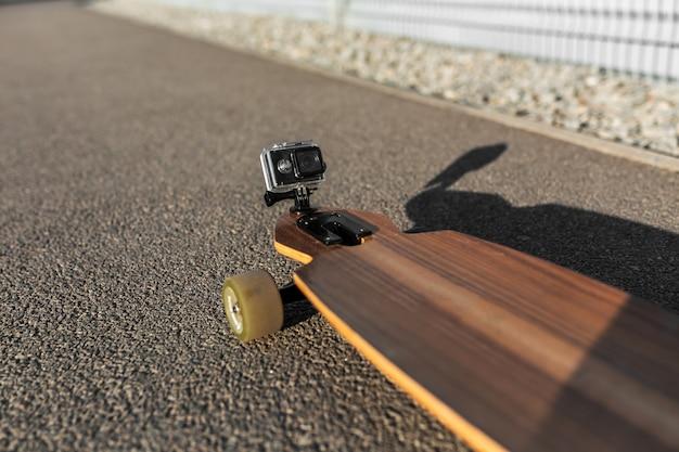Action-kamera auf longboard-nase für filmaufnahmen montiert