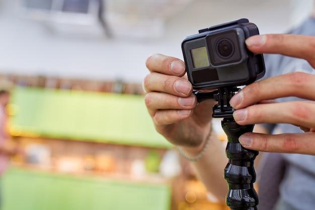 Action-kamera, setup und installation für action-aufnahmen. hinter den kulissen von filmaufnahmen oder videoproduktionen und filmteam mit kameraausrüstung im freien.