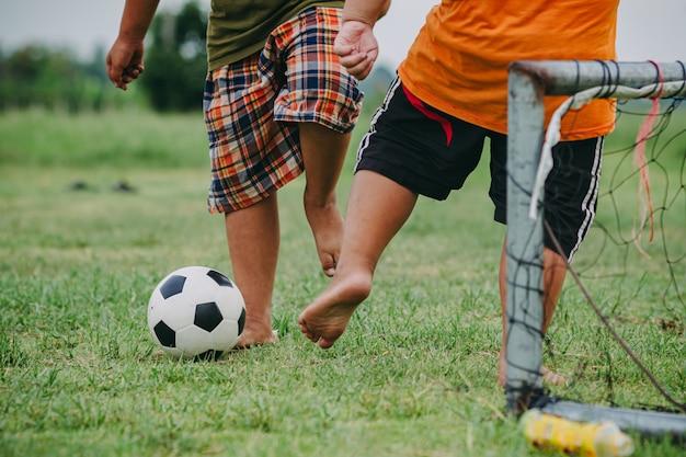 Action-sport von kindern, die fußball spielen