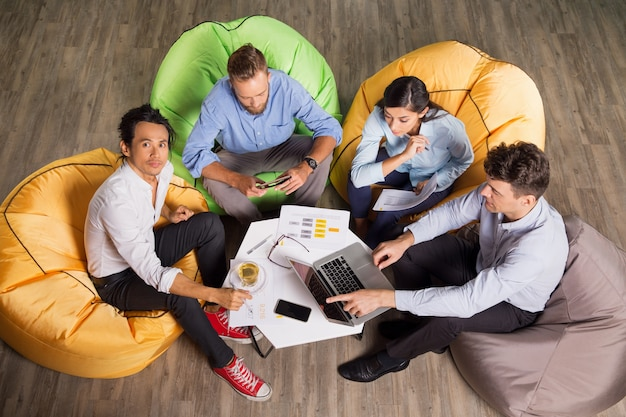 Active business-team-arbeit-prozess in der modernen büro