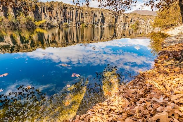 Adala canyon im herbst mit herbst blätter auf die bäume spiegeln in einem schönen teich. izmir provnce, türkei