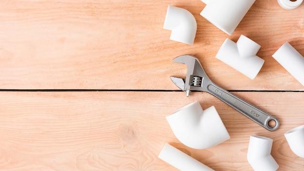 Adapter, kupplungen und ecken aus polypropylen mit einem verstellbaren schraubenschlüssel.