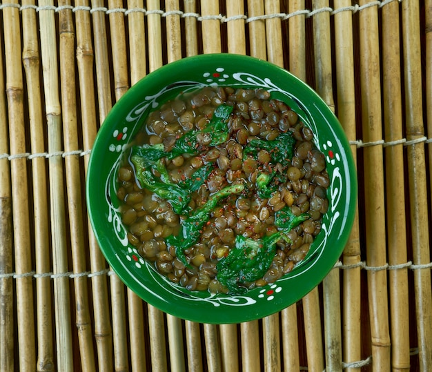 Adas bsbaanegh linsen-spinat-suppe