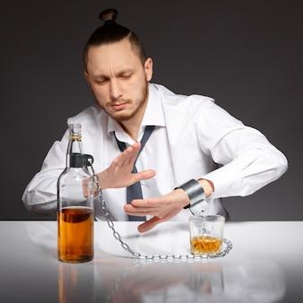 Addicted geschäftsmann mit ketten gefangen