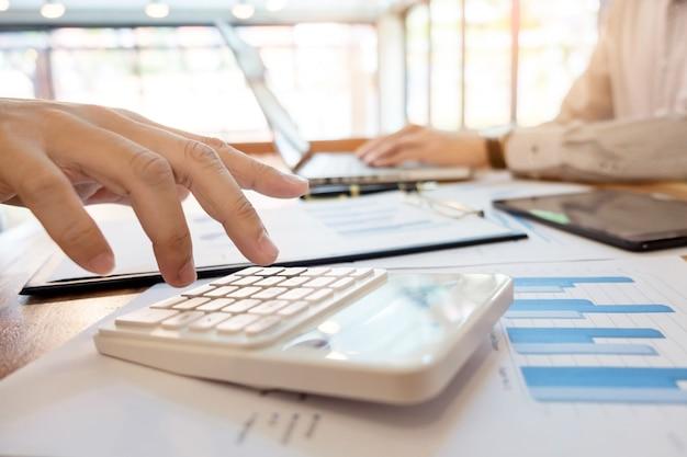 Administrator geschäftsmann finanzinspektor und sekretär berichten, berechnen oder überprüfen gleichgewicht. internes einnahmen-service-prüfdokument. prüfungskonzept