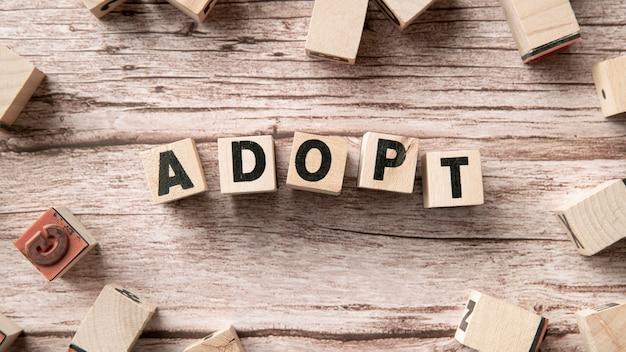 Adoptionskonzept mit holzwürfeln