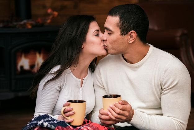 Adorable mann und frau küssen