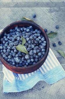 Adstringierende heilfrucht prunus spinosa in einer schüssel