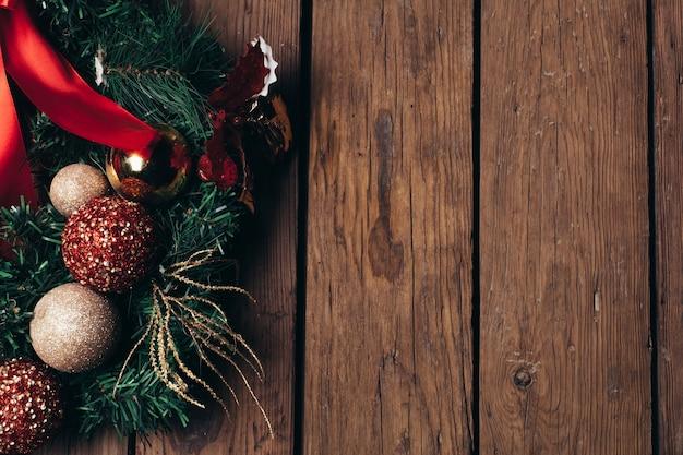 Advent christmas-kranz auf holztür- oder wanddekoration