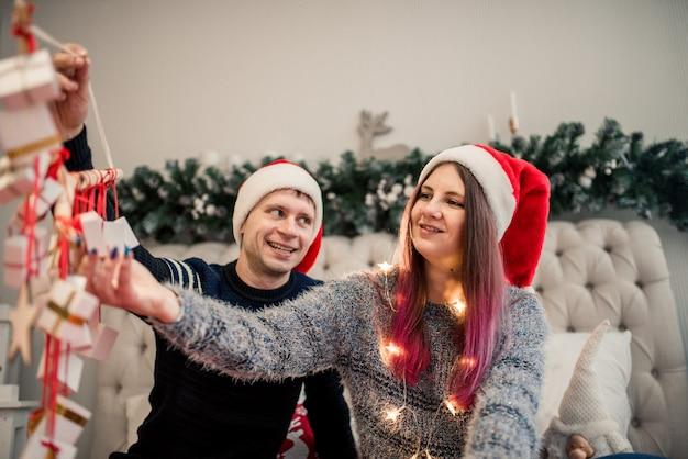 Adventskalender in den händen eines mädchens, eine überraschung in einer schachtel, weihnachtsgeschenke.