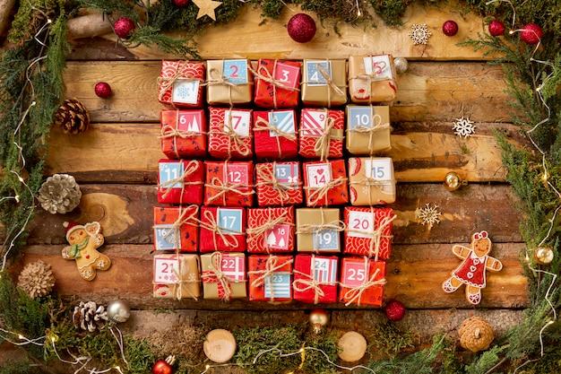 Adventskalender mit nummerierten kleinen geschenken