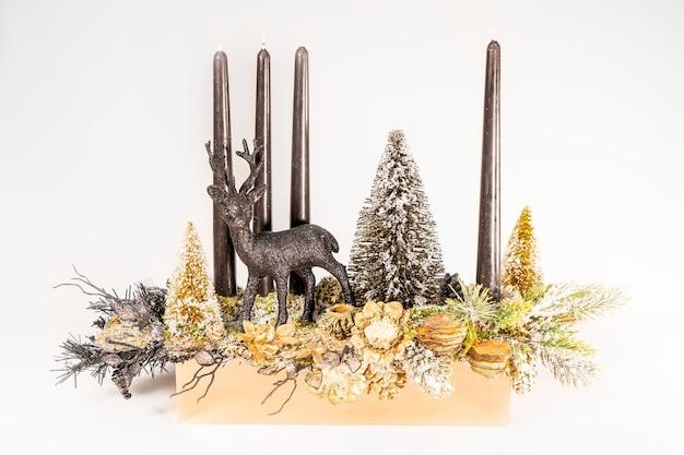 Adventskomposition mit kerzen, tisch handgemachte anordnung mini-dekoration für neujahr, künstliche weihnachtsbaum innendekoration