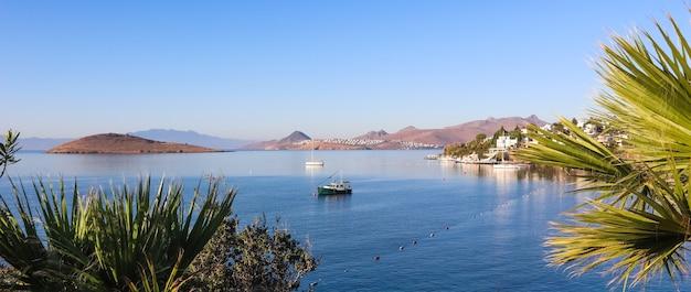 Ägäische küste mit herrlichen blauen wasserreichen naturinselbergen und kleinen weißen häusern