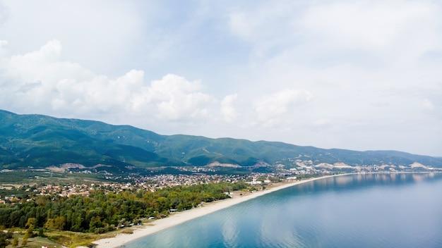 Ägäische seeküste mit langem strand entlang der stadt, gebäude, asprovalta, griechenland