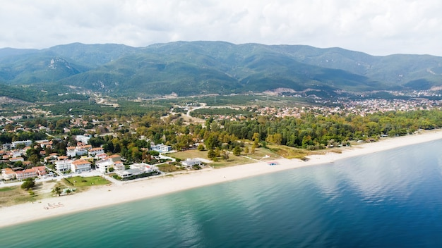 Ägäische seeküste mit langem strand, gebäuden, asprovalta, griechenland