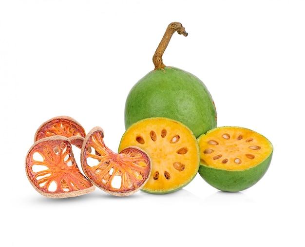 Aegle marmelos und trockene bael-frucht auf weißem hintergrund