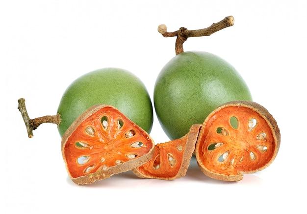 Aegle marmelos und trockenes bael tragen auf weiß früchte