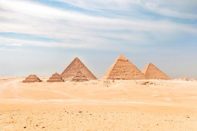 Ägypten. kairo - gizeh. gesamtansicht der pyramiden vom gizeh-plateau. drei pyramiden, bekannt als queens' pyramids, im hintergrund: die pyramide von menkaure mykerinos, khafre chephren, chufu cheops