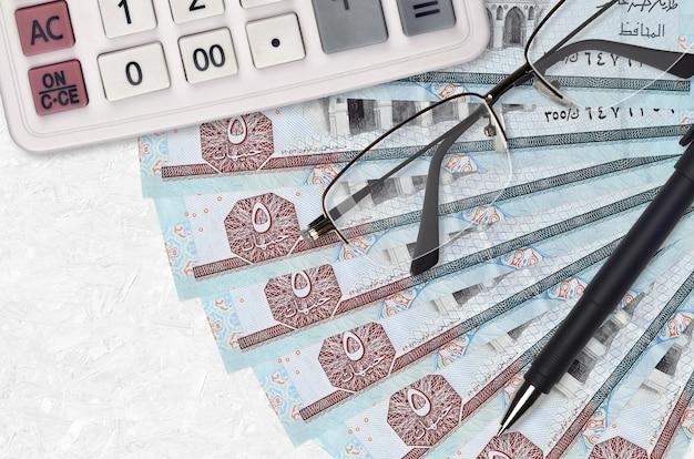 Ägyptische pfund rechnungen fan und taschenrechner mit brille und stift