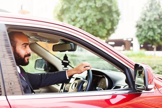 Ägyptischer mann, der ein auto fährt