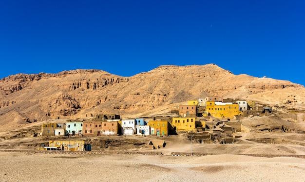 Ägyptisches dorf in der wüste nahe luxor