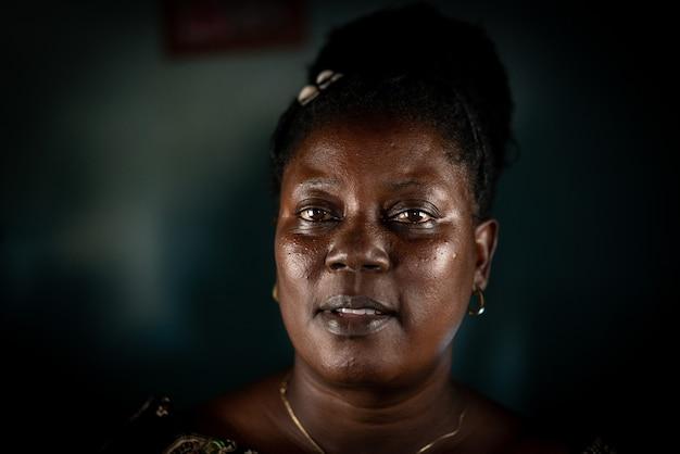 Ältere afrikanische schwarze frau echtes porträt