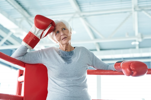 Ältere alte frau im boxring