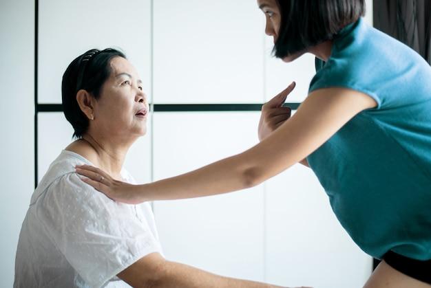 Ältere asiatische frau mit alzheimer-krankheit, ältere frauen haben vergessen, sich an gesichter und namen zu erinnern