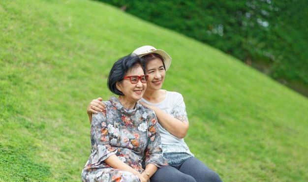 Ältere asiatische frau mit tochter, die im urlaub zusammen am muttertag entspannt.