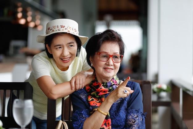 Ältere asiatische frau mit tochter, die im urlaub zusammen entspannt.
