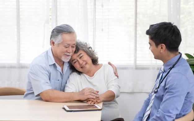 Ältere asiatische großeltern treffen arztbesuch nach hause