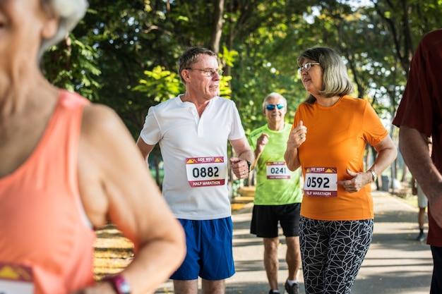 Ältere athleten, die am park laufen