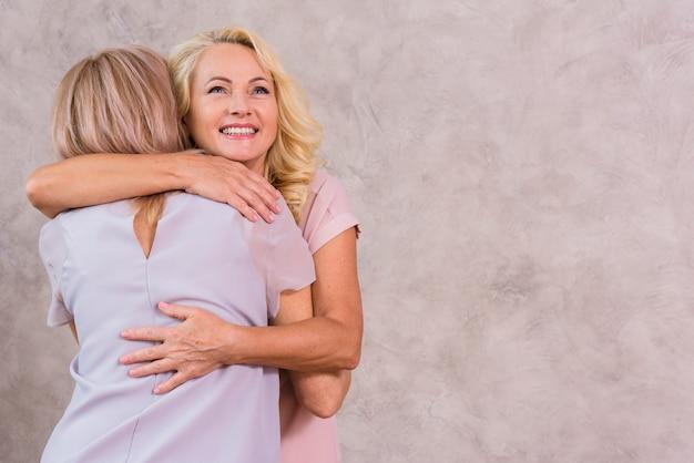 Ältere beste freunde, die mit kopienraum umarmen