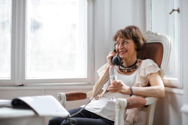 Ältere dame, die am telefon spricht
