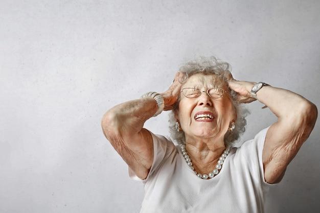 Ältere dame, die die schmerz hat
