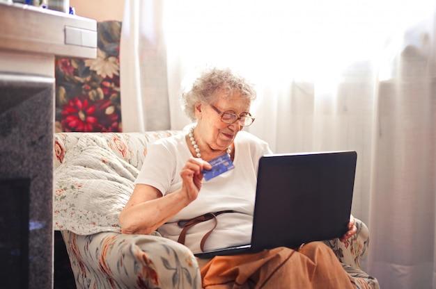Ältere dame, die einen laptop verwendet