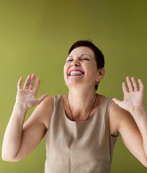 Ältere dame mit dem lachen des kurzen haares