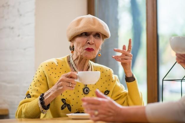 Ältere dame mit tasse