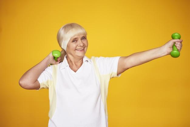 Ältere dame weigh loss workout mit dummköpfen.