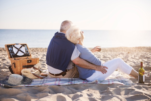 Ältere ehe mit guten morgen am strand