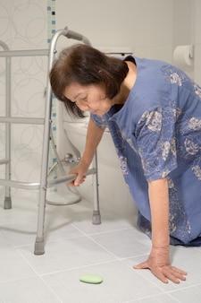 Ältere fallen im badezimmer wegen rutschiger oberflächen