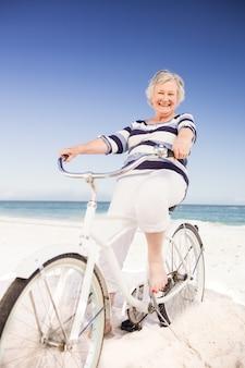 Ältere frau auf einem fahrrad