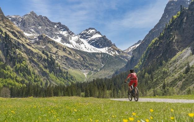 Ältere frau auf elektrischem mountainbike