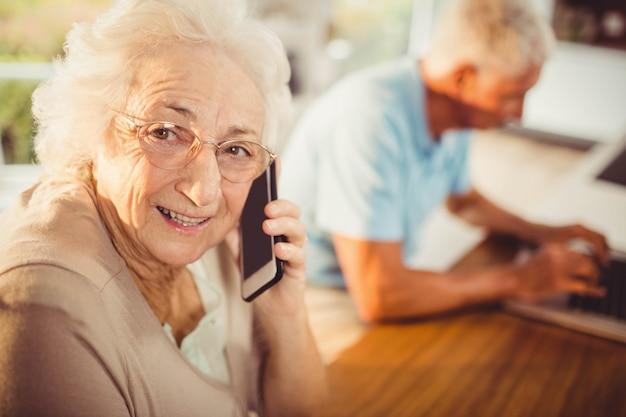 Ältere frau bei einem telefonanruf zu hause