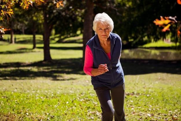 Ältere frau beim joggen